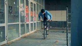 BMX engaña funcionamiento de un adolescente en un edificio abandonado almacen de video