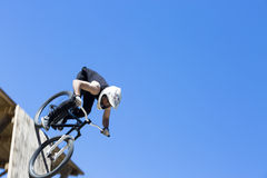 Bmx fietser het springen stock foto afbeelding 60831848 - Een helling aanpassen ...