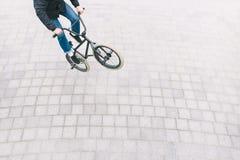 BMX-fristil på den fyrkantiga bästa sikten den unga mannen gör trick på en BMX-cykel BMX-kultur royaltyfri bild