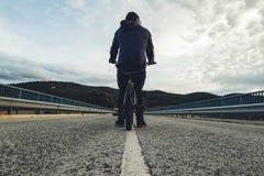 BMX jeździec z jego bmx rowerem na ulicie Facet jazda w bmx fotografia royalty free