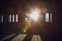 BMX-jippon i en solstråle inomhus arkivbild