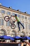 BMX Mitfahrer springt während eines Ereignisses des Freistils Lizenzfreies Stockfoto