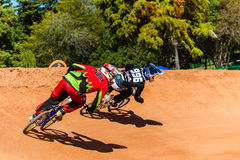 BMX que competem cavaleiros encurralam por último Fotografia de Stock Royalty Free
