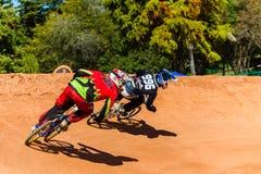 BMX que compiten con a jinetes arrinconan por último Fotografía de archivo libre de regalías