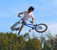 BMX que completa un ciclo, deporte de la bicicleta Fotos de archivo libres de regalías
