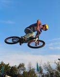 BMX que completa un ciclo, deporte de la bicicleta Imagen de archivo libre de regalías