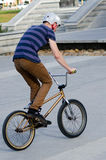 BMX que completa un ciclo - reconstrucción y deporte Foto de archivo