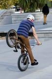 BMX que completa un ciclo - reconstrucción y deporte Imagen de archivo