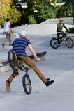 BMX que completa un ciclo - reconstrucción y deporte Fotos de archivo