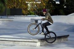 BMX que completa un ciclo - reconstrucción y deporte Foto de archivo libre de regalías
