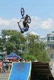 BMX-Radfahrer in der Luft Stockfotografie