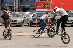 BMX-Radfahrer, die für Wettbewerbe sich vorbereiten Lizenzfreie Stockfotografie