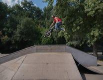 BMX-Reiter, der ein Fahrrad herstellt zu springen lizenzfreies stockfoto