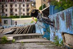 BMX-Reiter, der Wandfahrt durchführt Stockbild