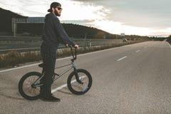 BMX Rider Doing Tricks Ung man med en bmxcykel extrema sportar royaltyfria bilder