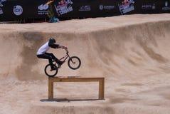 BMX Rider Performs Stunt en haz de madera Fotografía de archivo libre de regalías