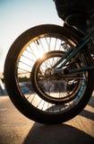BMX roule contre un coucher du soleil en parc de patin à Duisbourg images stock