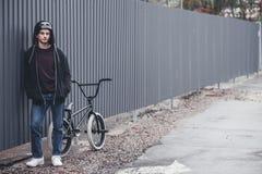 Bmx rowerzysta na ulicie zdjęcie stock