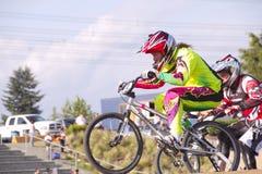 BMXer que salta en la competencia Imagenes de archivo