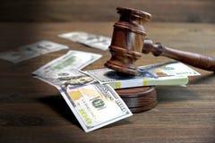 Bündel des Geldes, des Richter-Hammers und des Soundboard auf Holztisch Lizenzfreie Stockfotografie