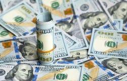 Bündel Dollar beim Rechnungsverschüttet.werden Lizenzfreie Stockbilder
