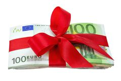 Bündel Euroanmerkungen als Geschenk mit Bogen Lizenzfreies Stockfoto