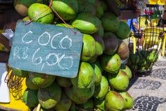 Bündel neues Cocos verde (grüne Kokosnüsse) hängend an Ipanema-Strand sidedwalk in Rio de Janeiro Lizenzfreie Stockfotos