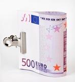 Bündel von 500 Eurobanknoten mit Papierklammer Stockbild