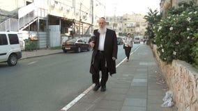 Bnei Brak Израиль, около 2011 - оживленная улица с правоверный идти еврейств акции видеоматериалы