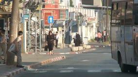 Bnei Brak Израиль, около 2011 - оживленная улица с правоверный идти еврейств сток-видео