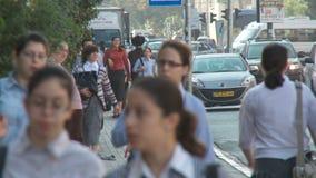 Bnei Brak Israël, Circa 2011 - Bezige straat met het orthodoxe Joden lopen stock footage
