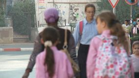Bnei Brak Israël, Circa 2011 - Bezige straat met het orthodoxe Joden lopen stock videobeelden