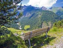 Bänk för fotvandrare med alpin sikt Royaltyfria Foton