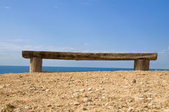 bänk som vänder det gammala havet mot Royaltyfri Fotografi