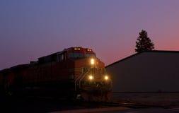 BNSF虚度光阴在日落的火车引擎 库存照片