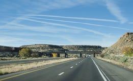 BNSF-de trein nadert een wegbrug in oostelijk New Mexico stock afbeelding