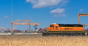 BNSF-lokomotiv som väntar på ett fraktdrev Arkivfoton