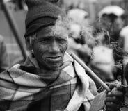 BnW de um cigarro de fumo enrugado do ancião na tubulação com as emanações do fumo fotos de stock