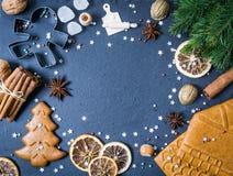 Boże Narodzenia obramiają z ciastkami, cynamon, sucha pomarańcze na czerni fotografia stock