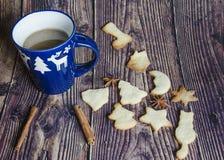 Bożenarodzeniowy nastrój: filiżanka gorąca kawa i handmade ciastka Słuzyć w błękitnym kubku z białymi rogaczami, cynamon, anyż zdjęcie stock