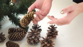 Bożenarodzeniowy tło z rękami trzyma jedlinowego rożek zbiory wideo