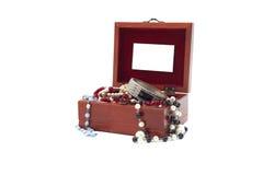 Boîte à bijoux avec des bijoux Images stock