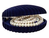Boîte à bijoux avec des perles, des perles et des bijoux d'isolement sur le fond blanc Photo libre de droits