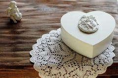 Boîte à bijoux blanche avec l'ornement d'ange sur le fond en bois, pres Photos stock