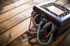 Boîte à bijoux complètement de perles, coffre au trésor Images stock