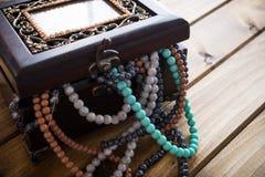 Boîte à bijoux complètement de perles, coffre au trésor Image stock