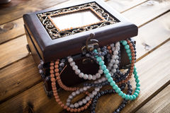 Boîte à bijoux complètement de perles, coffre au trésor Photos libres de droits