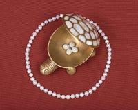 Boîte à bijoux de tortue et collier de perle Image libre de droits