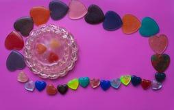 Boîte à bijoux entourée par coeurs sur le fond rose-pourpre vallée Photo libre de droits