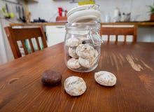 Boîte à biscuits dans la cuisine Photo stock